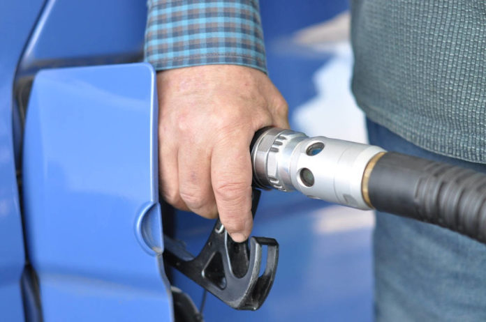 Podatki w paliwie - zobacz, za co płacisz tankując samochód