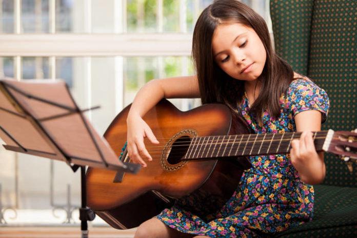 Jak wybrać pierwszą gitarę dla dziecka i kiedy ją kupić
